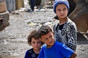 Kinder auf dem Gelände, wo künftig eine Schule errichtet wird.