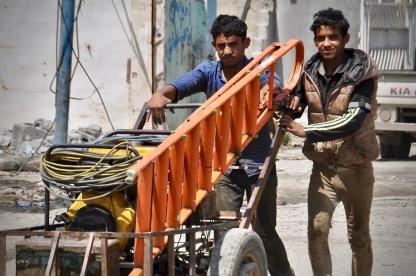 Männer beschaffen sich Werkzeuge für den Wiederaufbau.