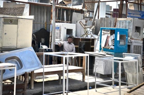 Ein Mann verkauft gebrauchte Elektrogeräte