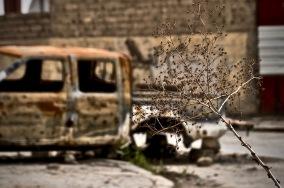 Zerstörte Autos prägen das Stadtbild Mosuls.