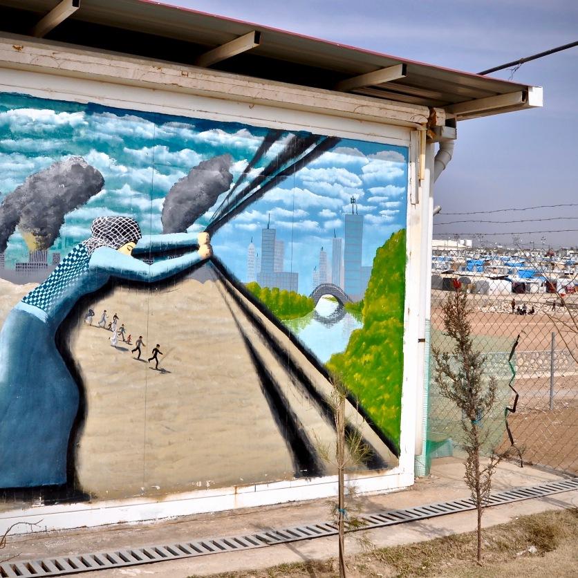 Hoffnung auf eine bessere Zukunft verkündet die Wandmalerei im Kabarto Camp, Kurdistan