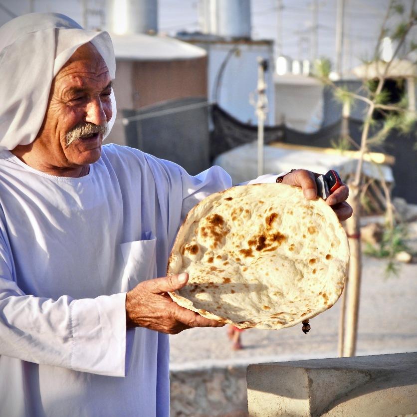 Jeside kauft Brot im Flüchtlingscamp Kabarto, Kurdistan