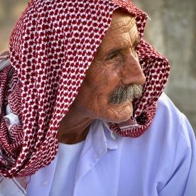 Jeside hört Lieder aus seiner Heimat im Flüchtlingscamp Khanke, Kurdistan