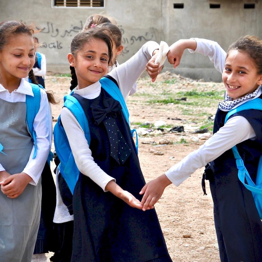 Kinder auf dem Schulweg in Mosul