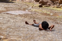 Wadi Numeira - Junge im Wasser