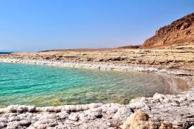 13 Eine ruhige Ecke inmitten von Salzkristallen am Toten Meer.