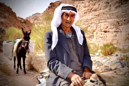 15 Dana Trail. Ein Beduine bringt seine im Dorf gekauften Tomaten nach Hause.