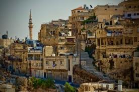 18 As-Salt, eine historische kleine Stadt mit schönen Gebäuden aus gelben Sandstein, engen Gassen und Treppen.