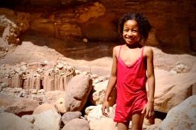 05 Das herzerwärmende Lächeln eines Beduinen Mädchens beim Baden im Wadi Himara.