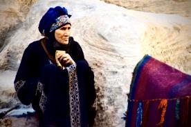 06 Eine Beduinin wartet in Little Petra auf Touristen, um ihnen das Spinn-Handwerk zu zeigen.