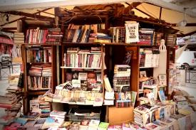 07 Buchgeschäft unter einem großen Schirm in Amman. Ein gutes Buch, spannende Geschichten und Liebe, ist alles was man braucht.